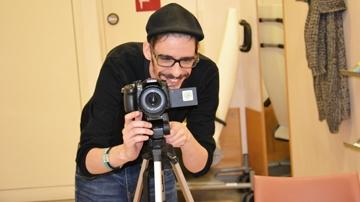 Bernd Holzgethan vor Kamera
